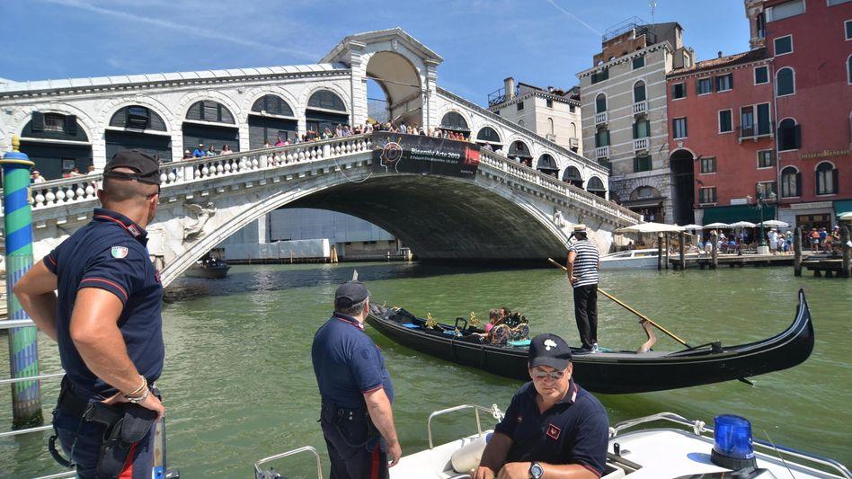 Polizisten an der Rialto-Brücke: Tödlicher Unfall auf dem Canal Grande
