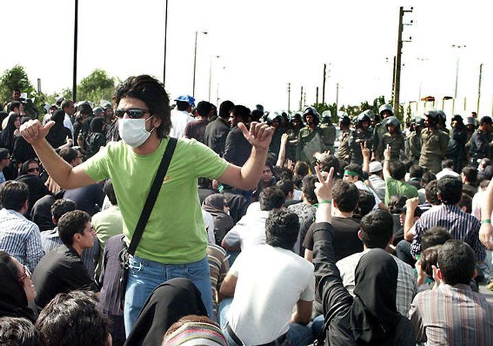 Demonstranten, Sicherheitskräfte in Teheran: Regimegegner rufen zum Boykott auf