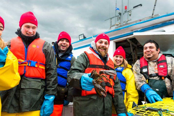 Hummerfischen beim Great Canadian Lobster Fishing Feast des White Point Beach Resorts.