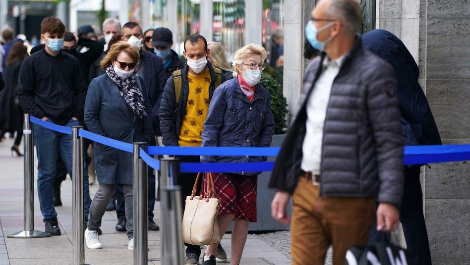 Vor dem Kaufhaus KaDeWe in Berlin: Die Kunden kommen langsam