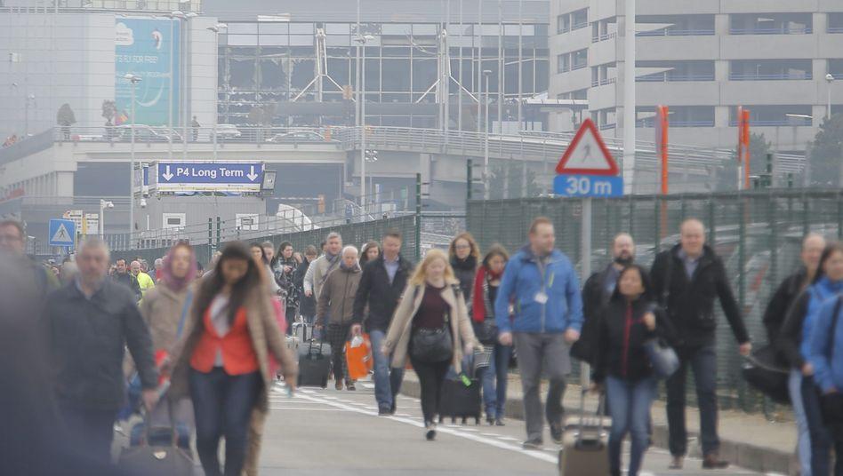 Evakuierte Passagiere am Flughafen Brüssel