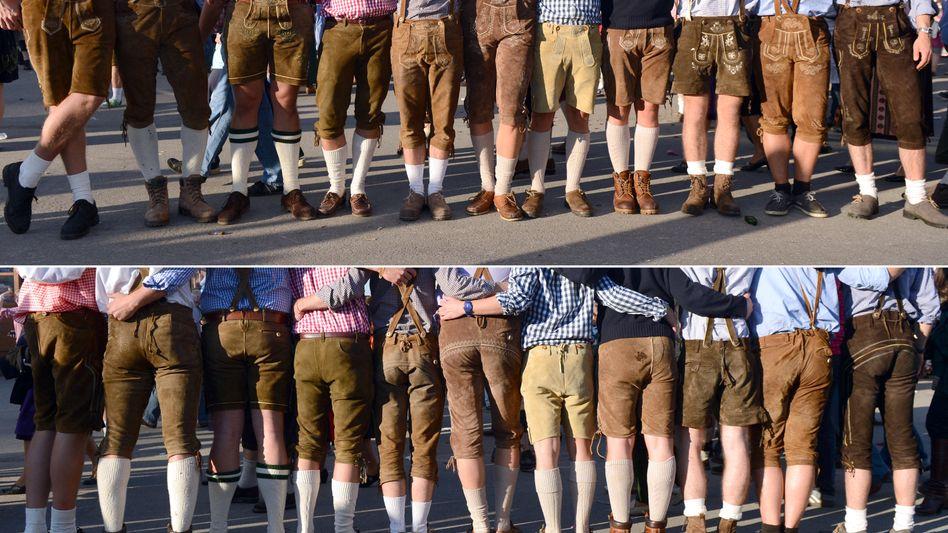 Männer mit Lederhosen auf dem Oktoberfest (Archivbild)
