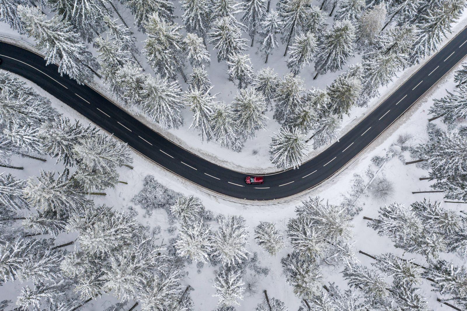 Wege im Schnee 28.02.2020, Schmitten (Hessen): Die Landstraße unterhalb des Großen Feldbergs im Taunus ist zwischen vers