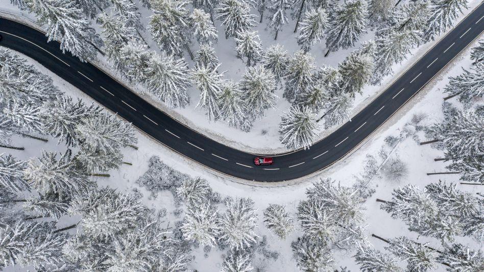Autofahren im Winteridyll. Damit das sicher und problemlos gelingt, sollten auch moderne Fahrzeuge auf die kalte Jahreszeit vorbereitet werden.