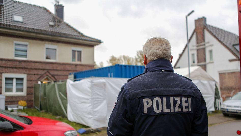 Missbrauchsfall Bergisch Gladbach: Polizist vor dem Haus eines Tatverdächtigen