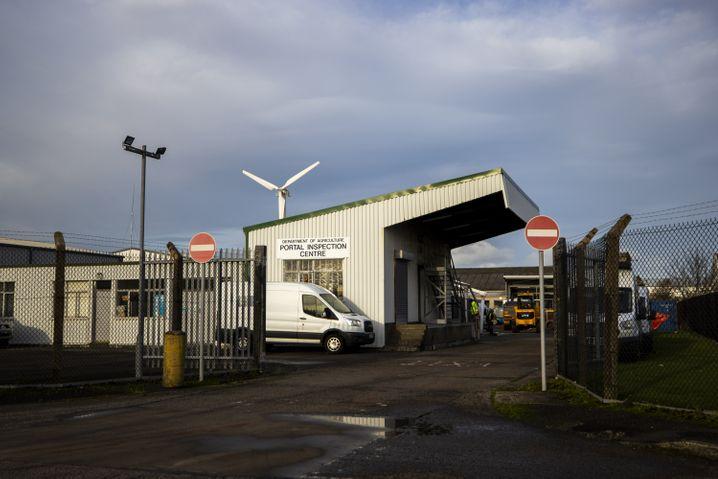 Temporäre Kontrollstelle in der nordirischen Hafenstadt Larne wird aufgebaut