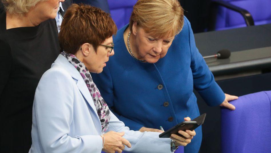 Annegret Kramp-Karrenbauer mit Kanzlerin Angela Merkel (Oktober 2019): In Brüssel wenig Wirkung entfaltet