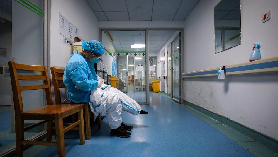 Arzt in einem chinesischen Krankenhaus (Archiv): Jede dritte Luftprobe aus öffentlichen Klinikbereichen positiv