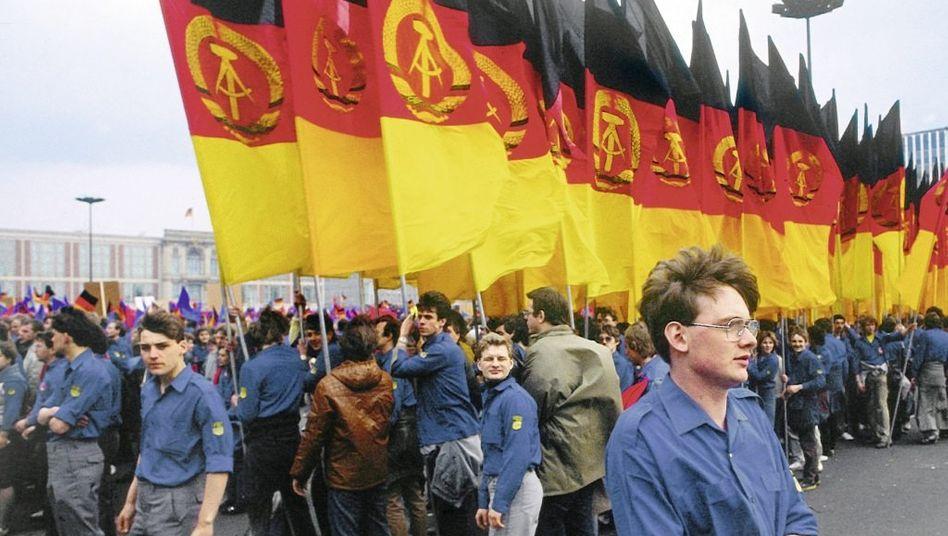 Blauhemden in Ostberlin Mitglieder der Freien Deutschen Jugend versammeln sich bei ihrem Pfingsttreffen 1984 auf dem Platz vor dem Staatsratsgebäude (im Hintergrund links), um ihre Treue zur DDR zu demonstrieren.