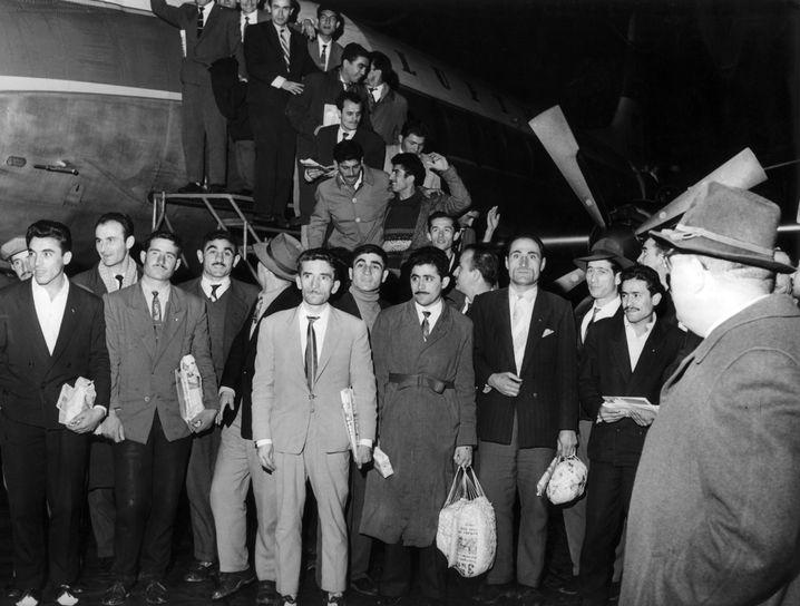55 türkische Gastarbeiter kommen am 27.11.1961 in Düsseldorf an