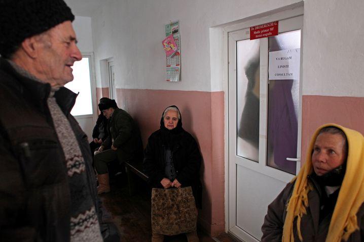 Patienten warten auf ihre Behandlung durch eine Ärztin in einer Praxis in der Stadt Salistea de Sus