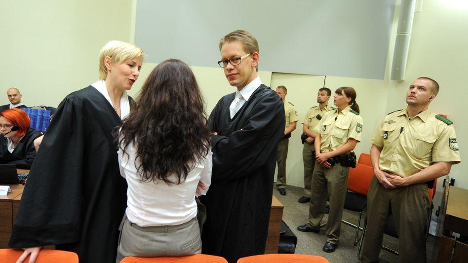 Zschäpe dreht den Journalisten den Rücken zu: Die Angeklagte vor Gericht