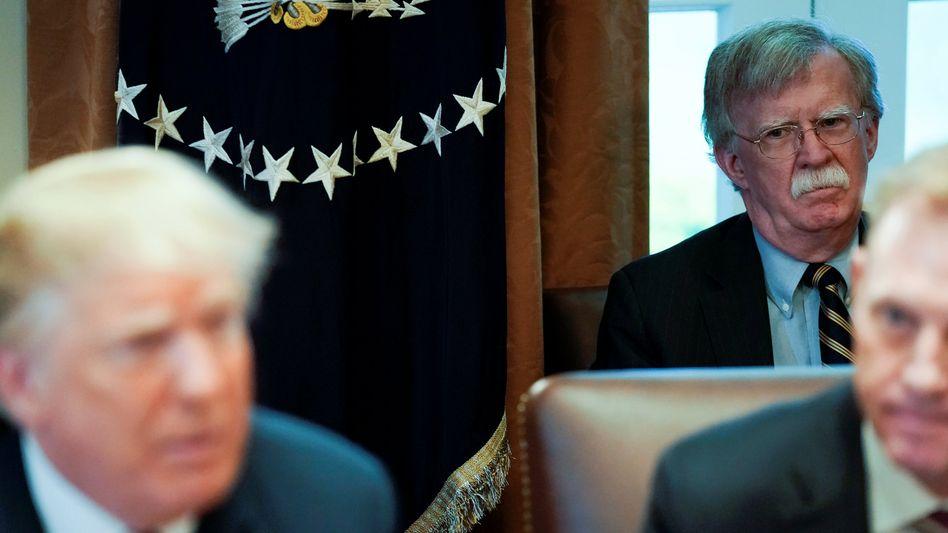 Noch-Sicherheitsberater Bolton beäugt US-Präsident Trump bei einer Kabinettssitzung im Mai 2018