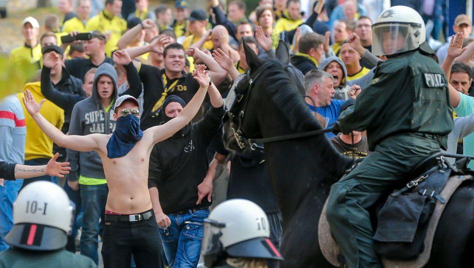 Revierderby (im Oktober 2012): Zahlreiche Auseinandersetzungen, Fans eingekesselt