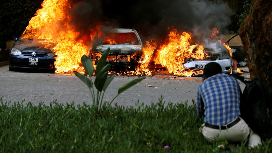 Brennende Autos nahe dem Hotel