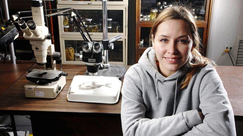 Biologin Michaels, junger Silberkarpfen: »Blaue Flecken und Fischabdrücke«
