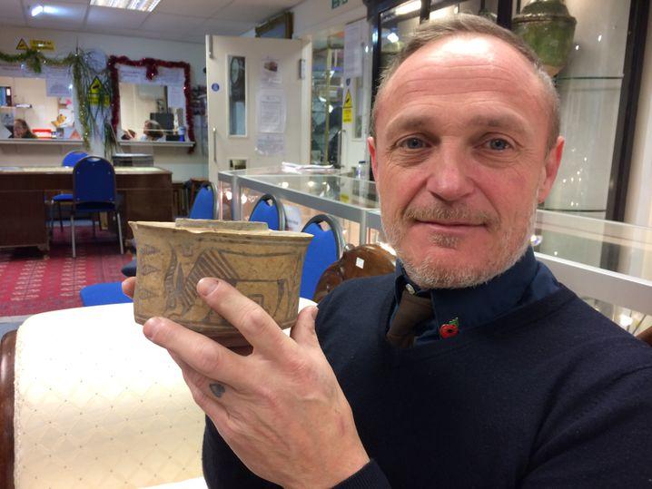 Karl Martin mit dem 4000 Jahre alten Stück