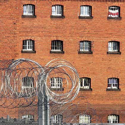Justizvollzugsanstalt Siegburg: Hinter diesen Gefängnismauern wurde ein 20-Jähriger zum Selbstmord gezwungen