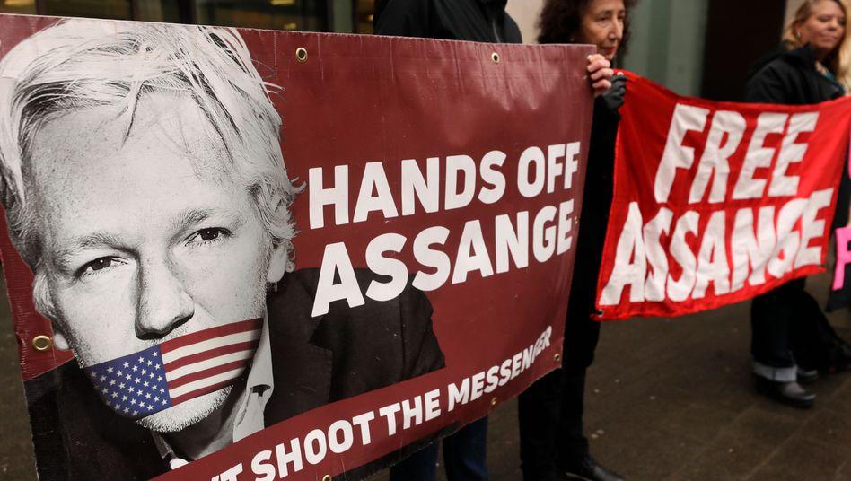 Demonstranten protestieren vor dem Westminster Magistrates Court für die Freilassung des Wikileaks-Gründers Julian Assange