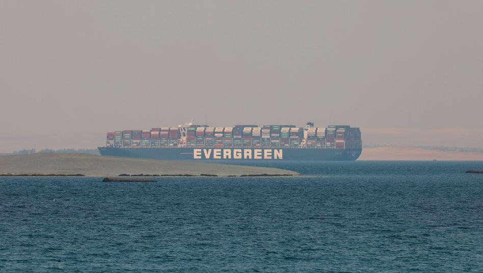 Frachter »Ever Given«: Derzeit liegt der Containerriese im Großen Bittersee zwischen dem nördlichen und südlichen Teil des Suezkanals