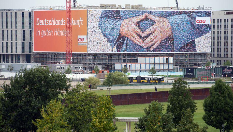 """Riesen-Merkel-Plakat in Berlin: """"In guten Händen"""""""