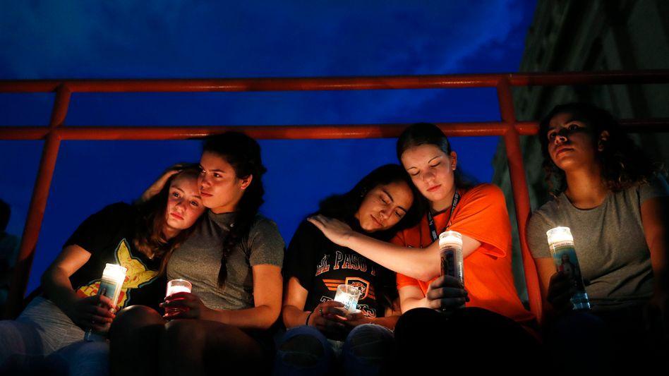 Trauernde in El Paso: Routine im Umgang mit dieser Art der Gewalt?