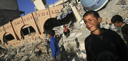 Kinder auf den Trümmern einer Moschee und einer Schule in Rafah, die im Januar bei einem israelischen Luftangriff zerstört wurden