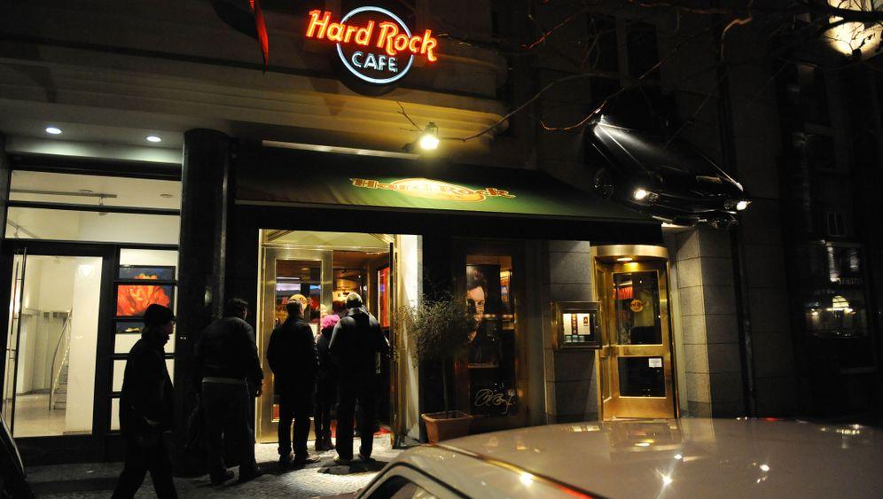 Jugendsünde Hard-Rock-Cafe-Shirt: Braune Schrift auf gelbem Grund