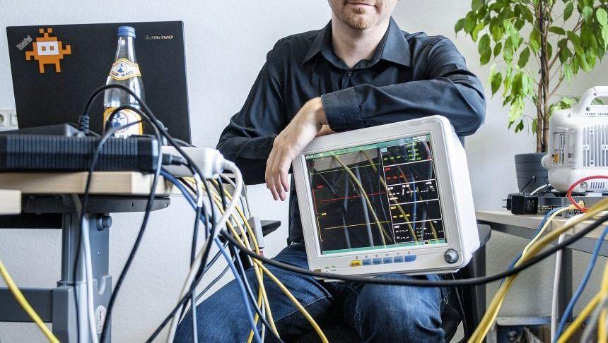 IT-Spezialist Grunow mit marktüblichem Patientenmonitor