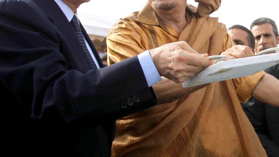 Italiens Ministerpräsident Berlusconi (l.): Soll Gaddafi (r.) den AC Mailand angeboten haben