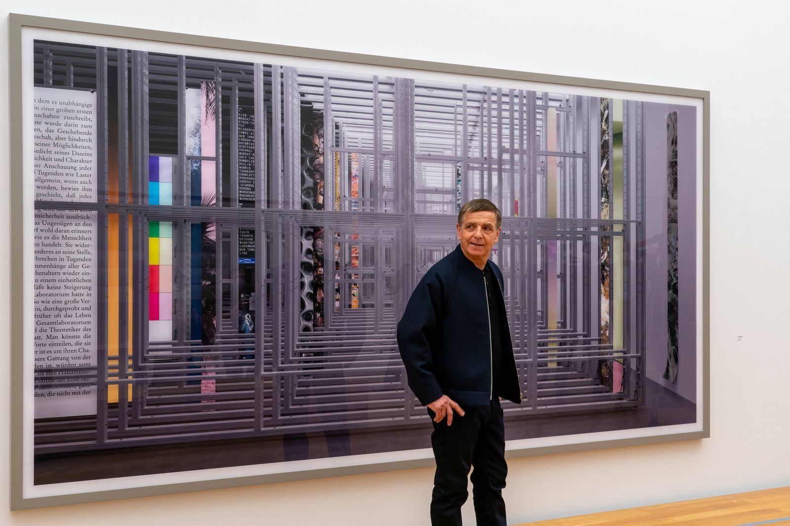 Der Fotograf Andreas Gursky steht vor seinem Werk Lager (2014) im Museum der bildenden Künste (MdbK) in Leipzig. Das Md