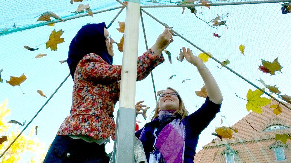 Aktivistin de Boor (rechts) und eine muslimische Freundin bauen anlässlich des jüdischen Laubhüttenfestes Sukkot gemeinsam eine Sukka, eine Laubhütte, auf.