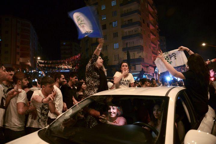 Anhänger der prokurdischen HDP in Diyarbakir, Südost-Türkei