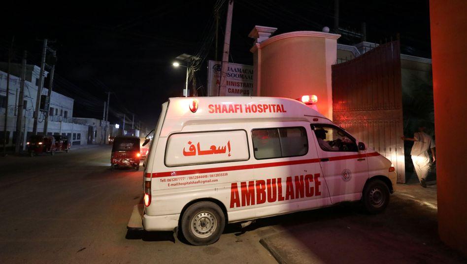 Ein Rettungswagen bringt nach dem Angriff eine verletzte Person in das Shaafi-Krankenhaus in Mogadischu