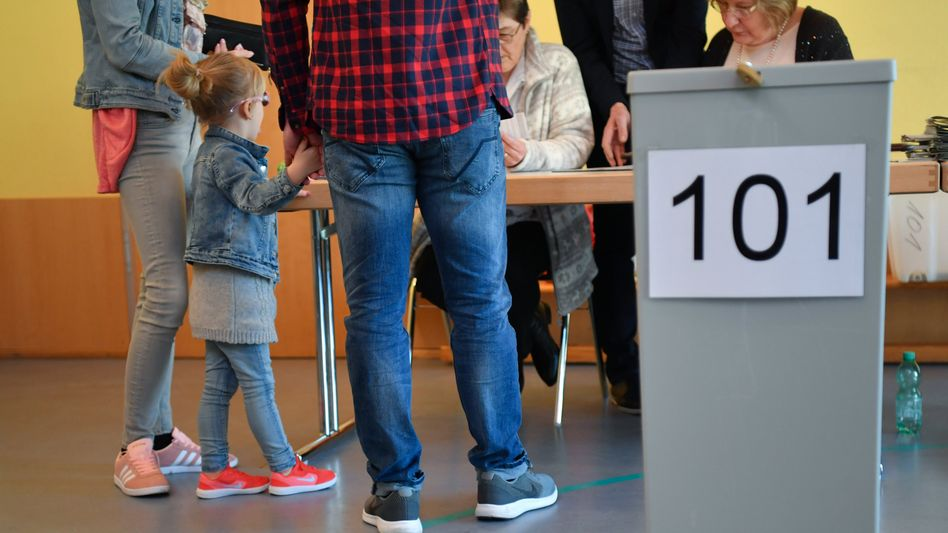 Familie bei der Landtagswahl im Saarland