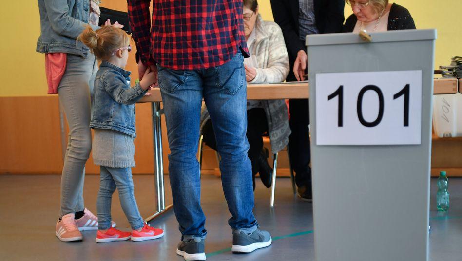 Familie im Wahllokal