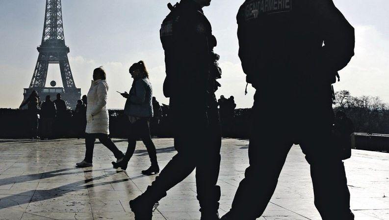 Gendarmerie am Eiffelturm in Paris Das Alltagsleben dramatisch verändert