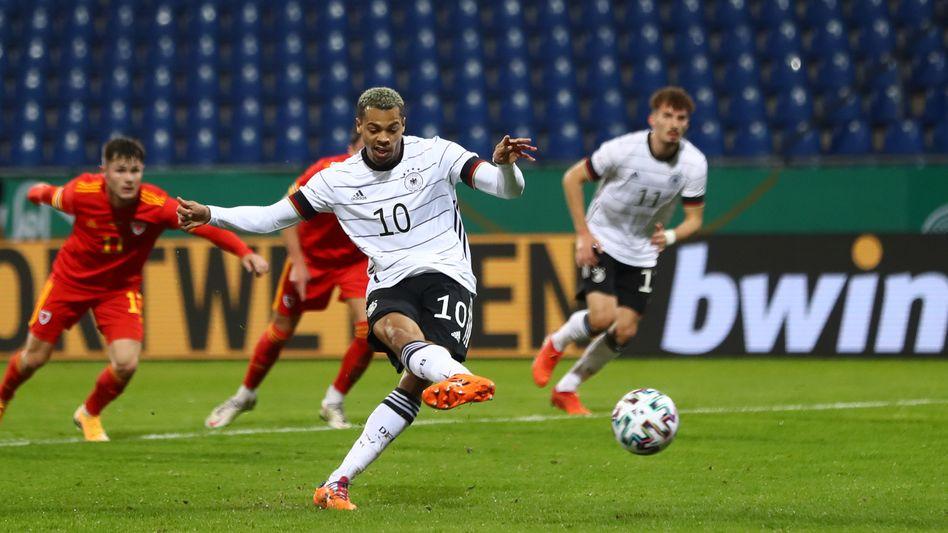 U21-Nationalspieler Lukas Nmecha verwandelt beim 2:1-Erfolg gegen Wales einen Elfmeter