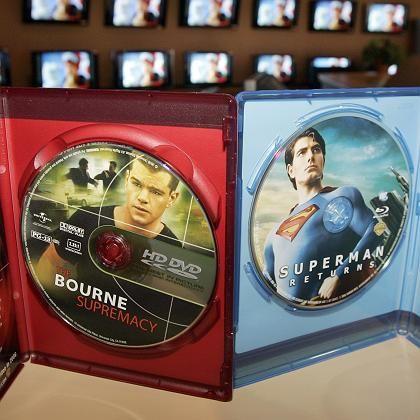 HD-DVD (l.) gegen Blu-ray: Ein Format starb einen frühen Tod, nun wechselt Toshiba die Seiten