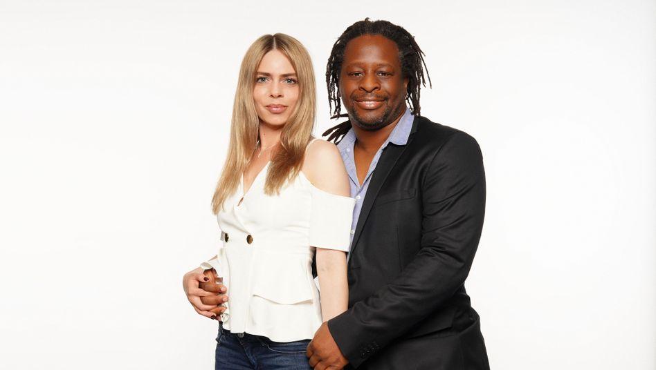 Sollen mehr Freundlichkeit ins RTL-»Sommerhaus« bringen: Mola Adebisi mit seiner Freundin Adelina Zilai