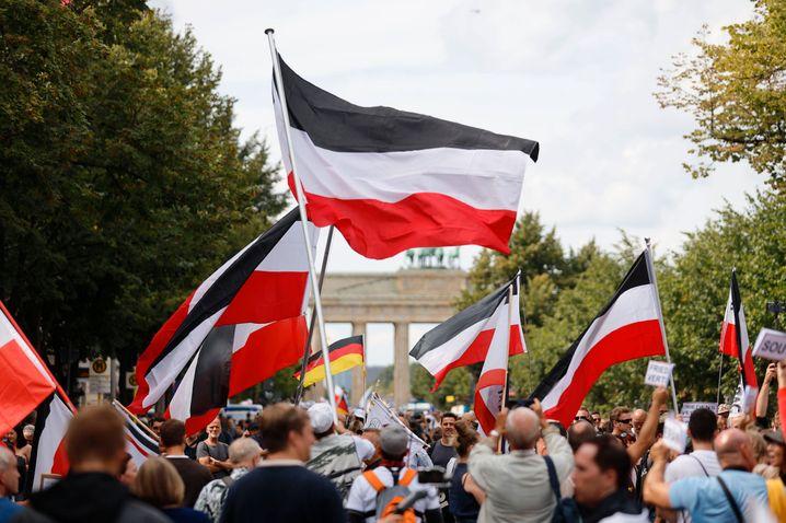 »Querdenker« mit Reichsflaggen (im August in Berlin)