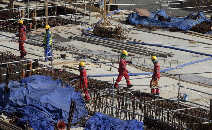 Arbeiter auf der Baustelle für ein Stadion in Al-Khor, rund 60 Kilometer nördlich von Doha