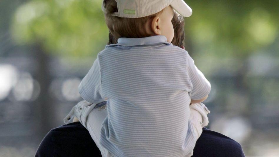 Vater mit Kind: Neue Regelung für Besuche und Treffen geplant