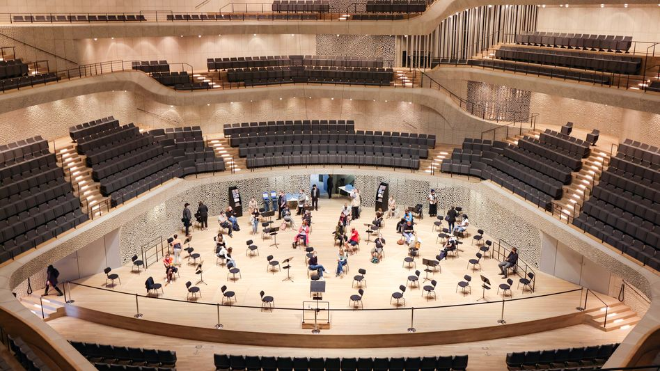 """A vaccination event at a Hamburg concert hall: """"The fourth wave may be devastating."""""""