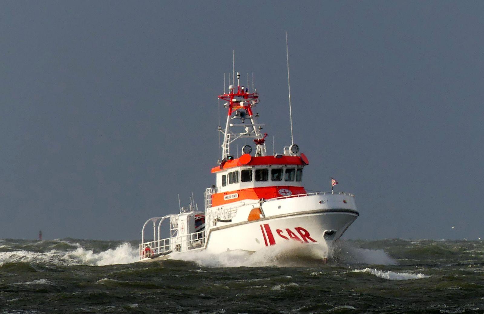 Sieben Segler vor Cuxhaven aus Rettungsinsel gerettet