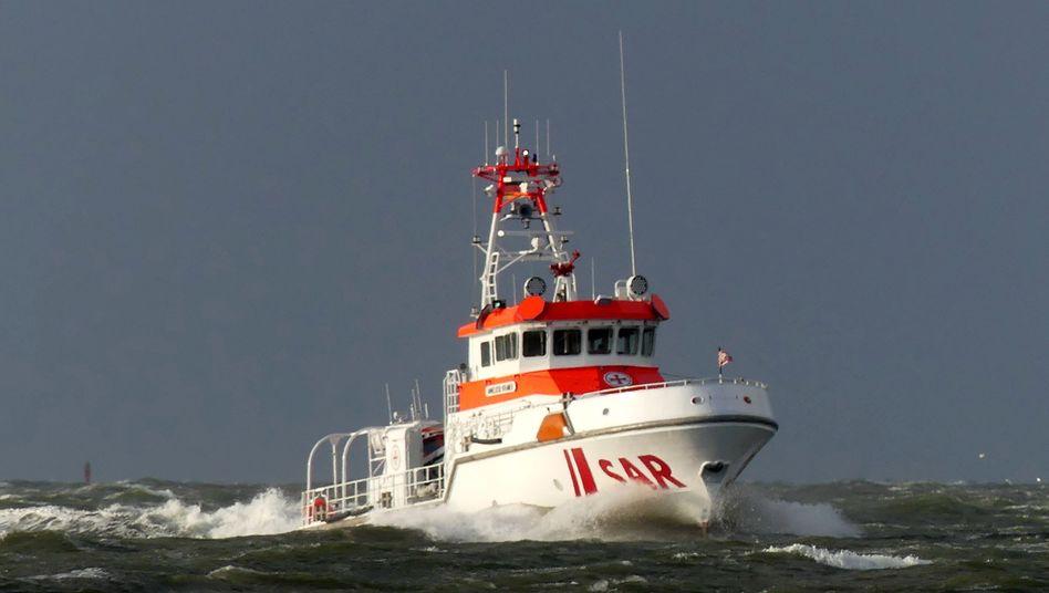 """Seenotrettungskreuzer """"Anneliese Kramer"""" der Deutschen Gesellschaft zur Rettung Schiffbrüchiger, der an dem Einsatz vor Cuxhaven beteiligt war"""