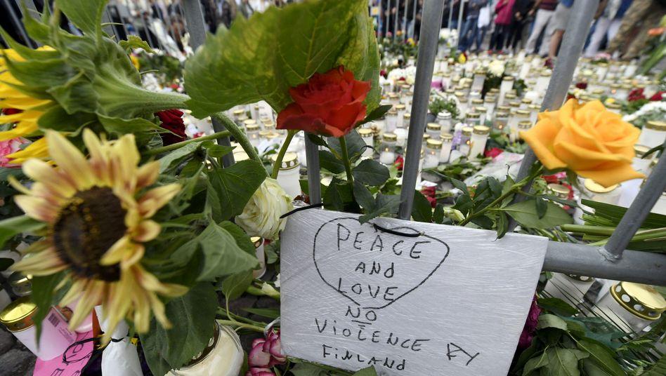 """Gedenken in Turku - """"Frieden und Liebe, keine Gewalt"""""""