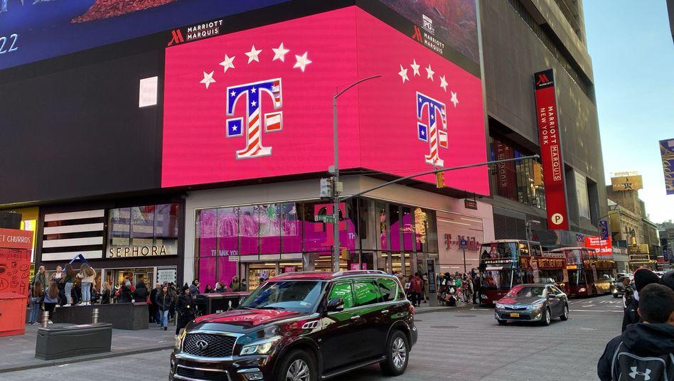 Eine Filiale des Mobilfunkproviders T-Mobile US am Times Square in New York. Ein Gericht entscheidet, ob der Konzern mit dem kleineren Rivalen Sprint fusionieren darf