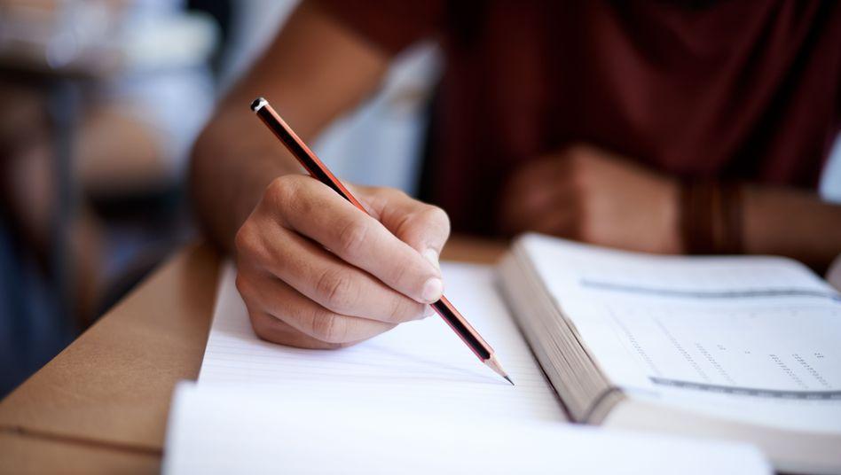 """Junger Mann beim Lernen: Einige Kursträger müssen """"mal mehr, mal weniger nacharbeiten"""""""