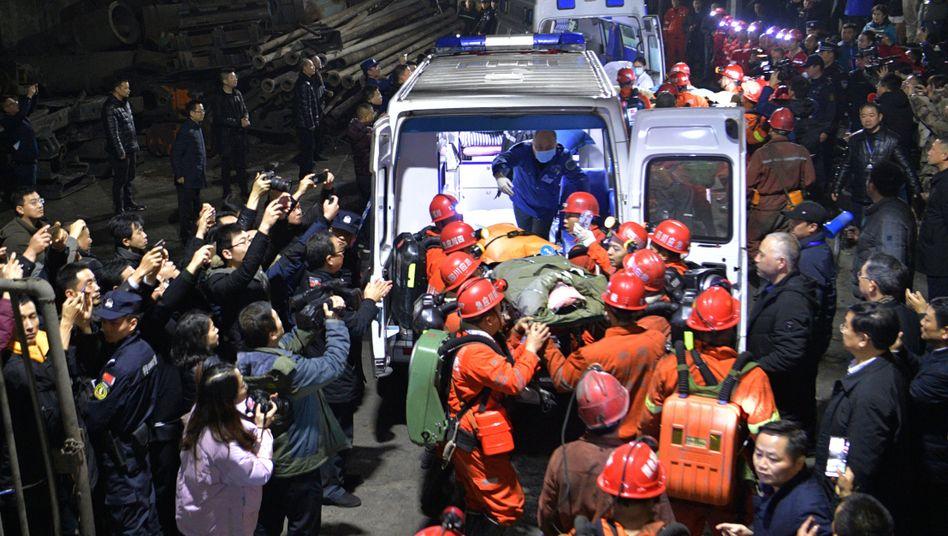 Rettungskräfte in der Shanmushu-Mine in Yibin